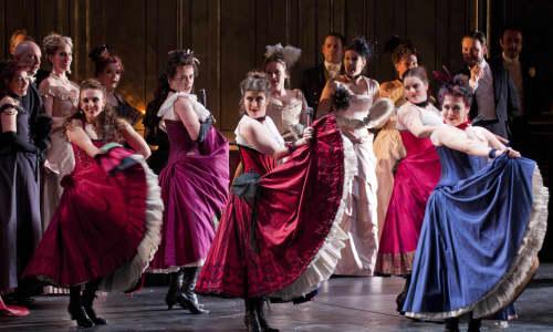 Cynhyrchiad 2012 WNO La traviata. Llun gan Roger Donovan.