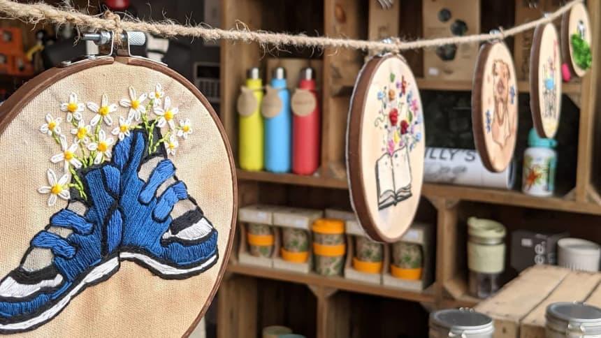 Brodwaith gan / Embroidery by Shan Lliffe