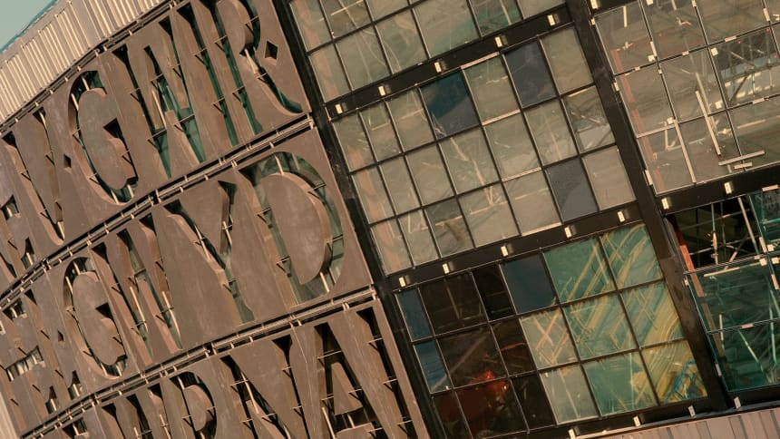 Yr arysgrif eiconig ar flaen yr adeilad/ The icon inscription on the front of the building