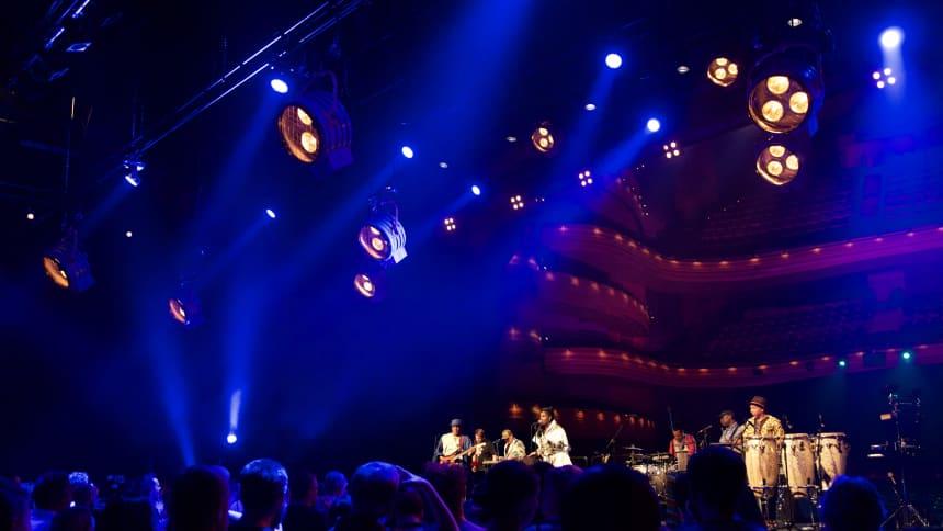 Ibibio Sound Machine performed on the main stage with the theatre as the backdrop / Perfformiodd Ibibio Sound Machine ar y prif lwyfan gyda'r theatr yn gefndir