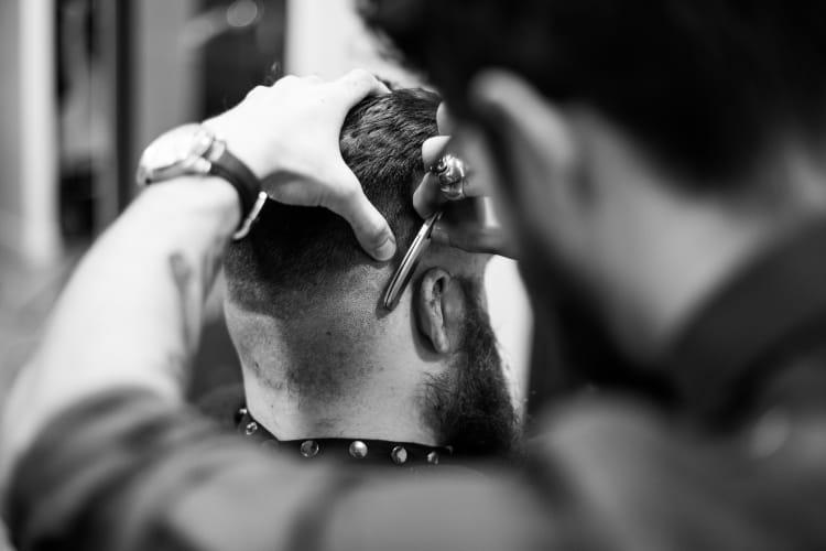Le barbier en travail de coupe homme