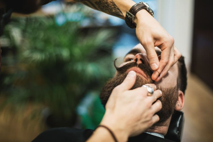 Sebastien en plein travail de barbe