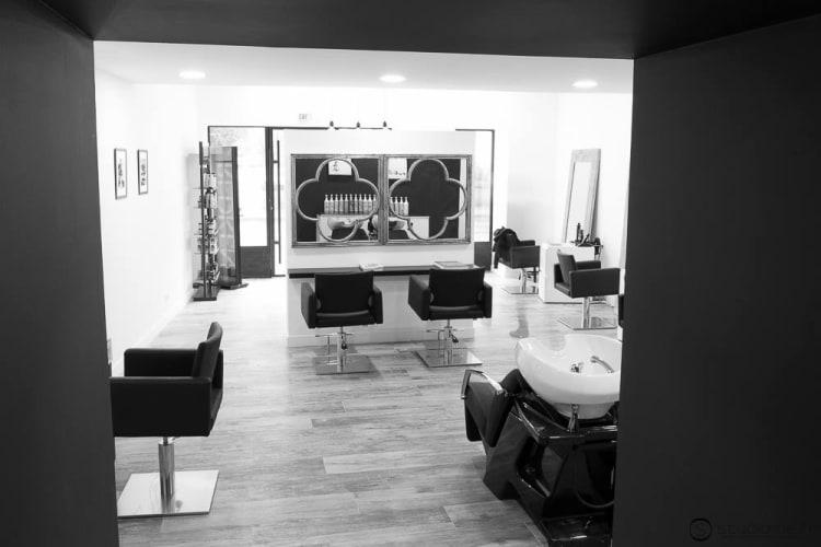 Vue complète du salon avec une belle photo en noir et blanc