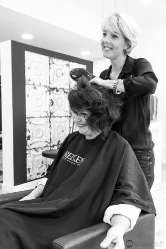 Karol et l'une de ses cliente le sèche cheveux à la main