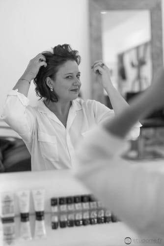 Le plaisir d'une cliente satisfaite après ses prestations coiffure et beauté