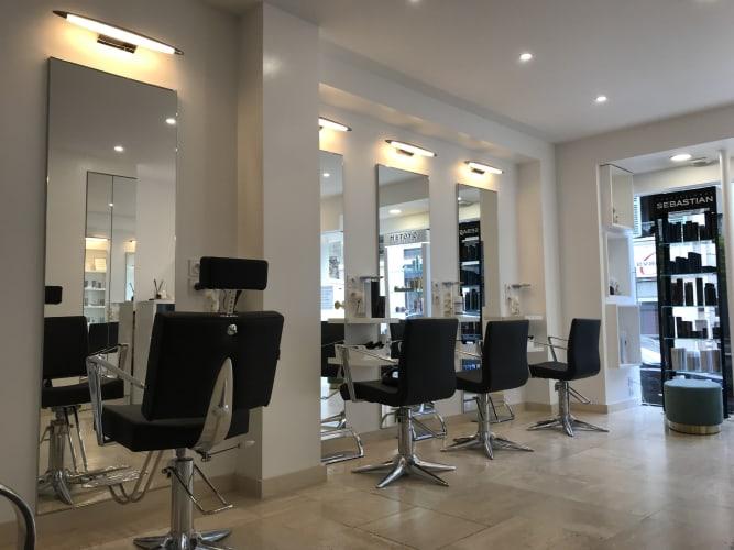 L'espace intérieur du salon Hand in Hair à Bougival