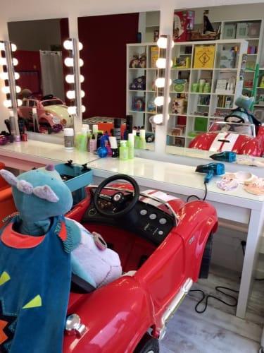 La chaise de coiffure en forme de voiture au salon La Cachette Secrète