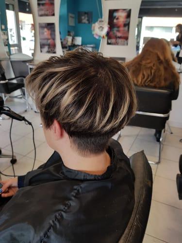 Une coupe à la garçonne et des mèches réalisées par nos coiffeurs
