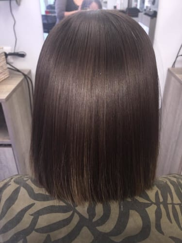 Des cheveux noirs lissés