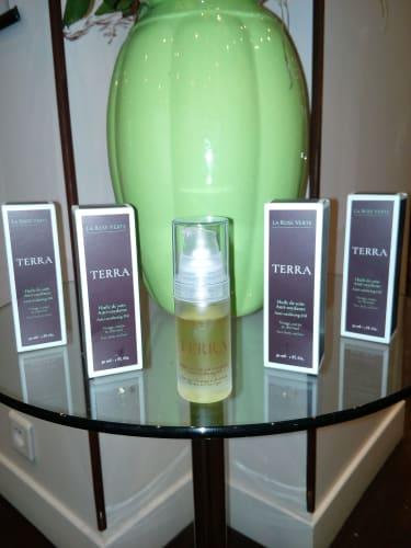 LA ROSE VERTE est une huile anti-oxydante grace au mélange unique d'huiles essentielles d'Immortelle , Clémentine , Lavande Papillon et Carotte Sauvage pour tous types de cheveux et de peaux