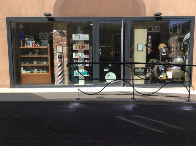 La devanture du salon de coiffure mixte JR Coiffure à Tain-l'Hermitage