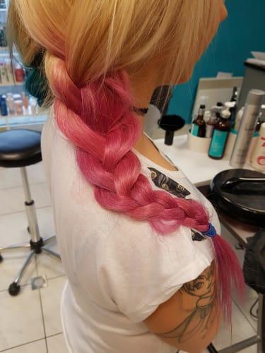 Une jolie tresse : des cheveux roses une couleur très originale