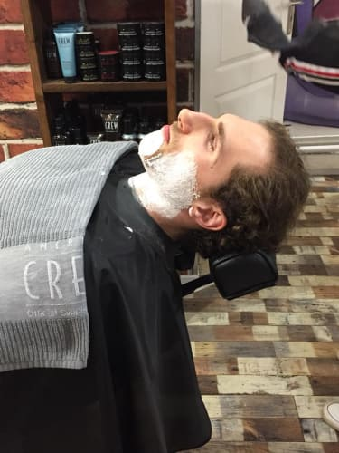 Un homme avec de la mousse sur sa barbe