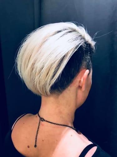 Une coupe punk avec les côtés rasés