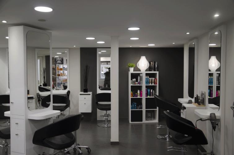 Vue de l'intérieur du salon Les coiffeurs lyonnais