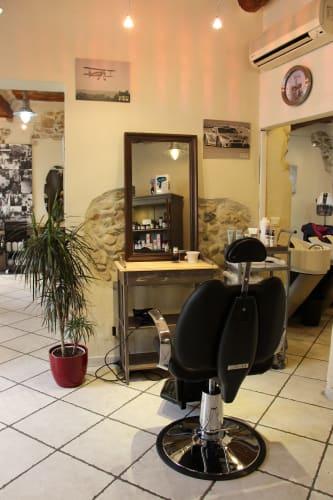 Le poste de barbier avec sa chaise