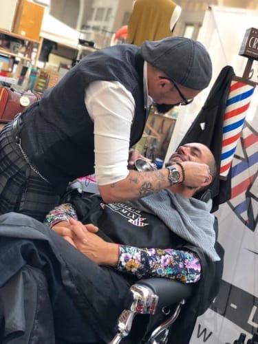 Notre barbier du salon Chez Max qui s'occupe de l'un de nos clients