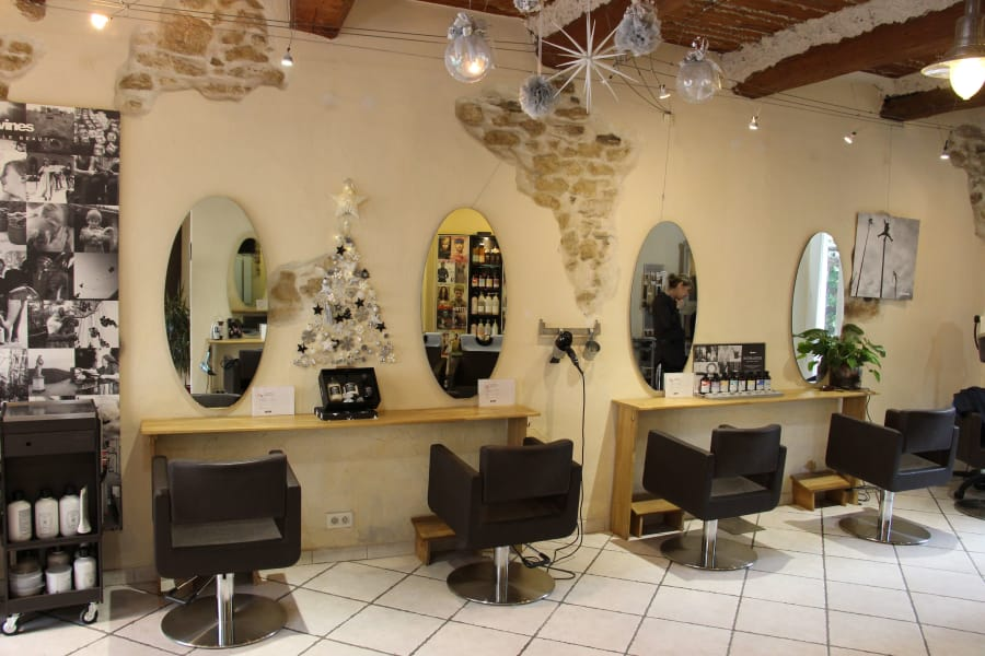 Vue complète de spostes de travail du salon de coiffure SR coiffure