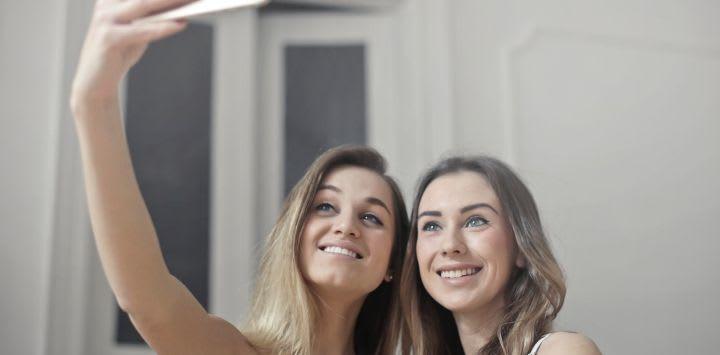 Samen met een partner werken achter de webcam