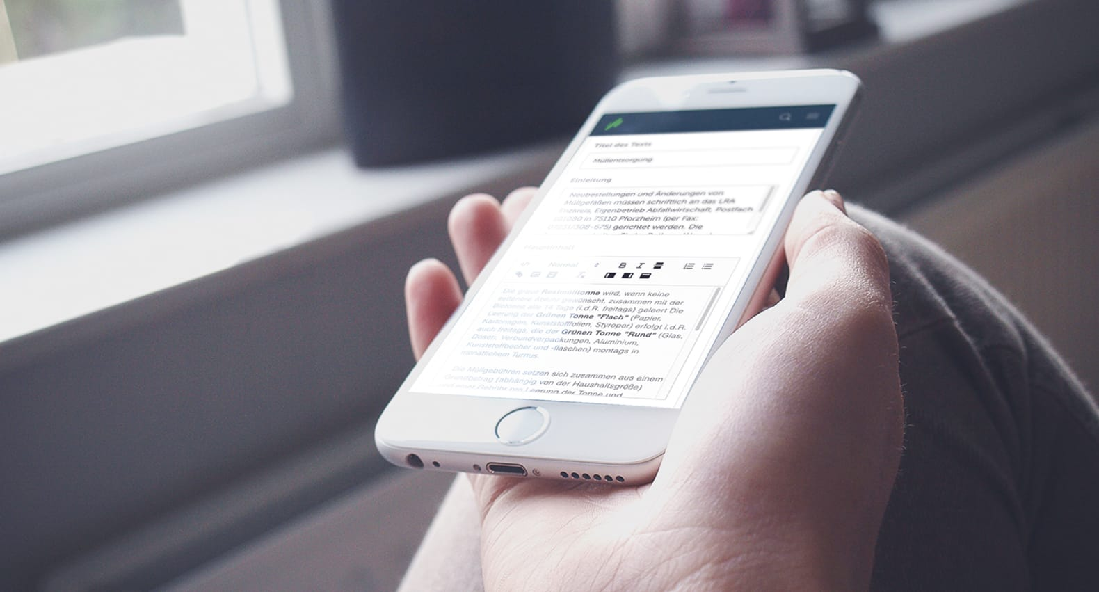 iPhone mit geöffnetem Kommunen-CMS – Websitepflege für Städte & Gemeinden leicht gemacht | web://contact