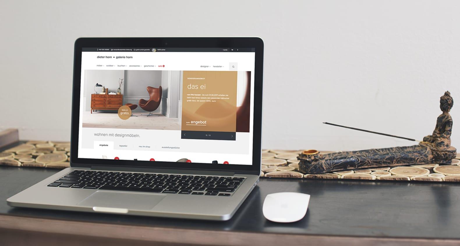 Macbook mit geöffneter Website dieter-horn.de – Designermöbel online kaufen. Im Shop dieter-horn.de