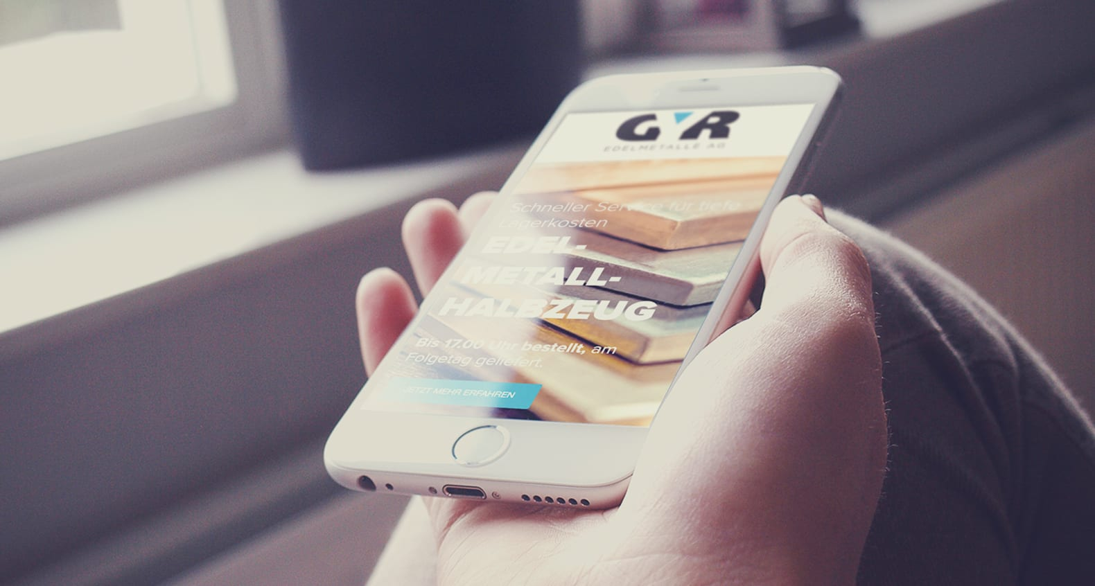 Hand mit iPhone und geöffneter Website gyr.ch – Wie entstand das Kundenportal der GYR Edelmetalle AG?