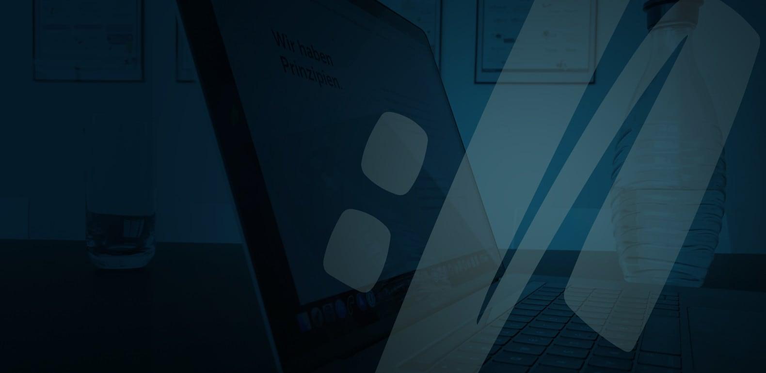 Laptop im Besprechungsraum von web://contact
