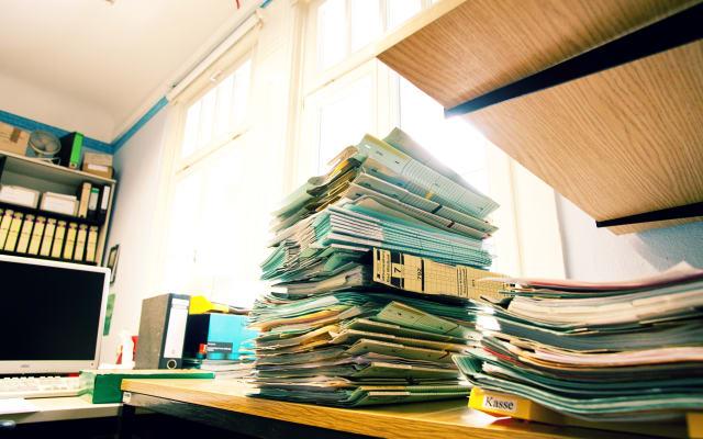 Aktenstapel in einem Büro