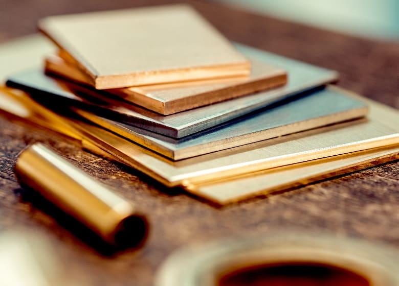 Edelmetallhalbzeuge von der Gyr Edelmetalle AG auf Holztisch