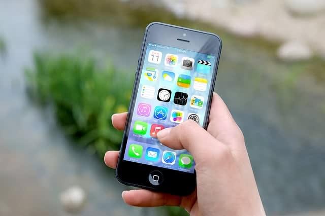 pessoa manuseando aplicativos no celular, para simbolizar diferentes tipos de campanha