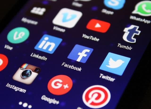 aplicativos de redes sociais em um smartphone, como uma estratégia de marketing digital para pequenas empresas