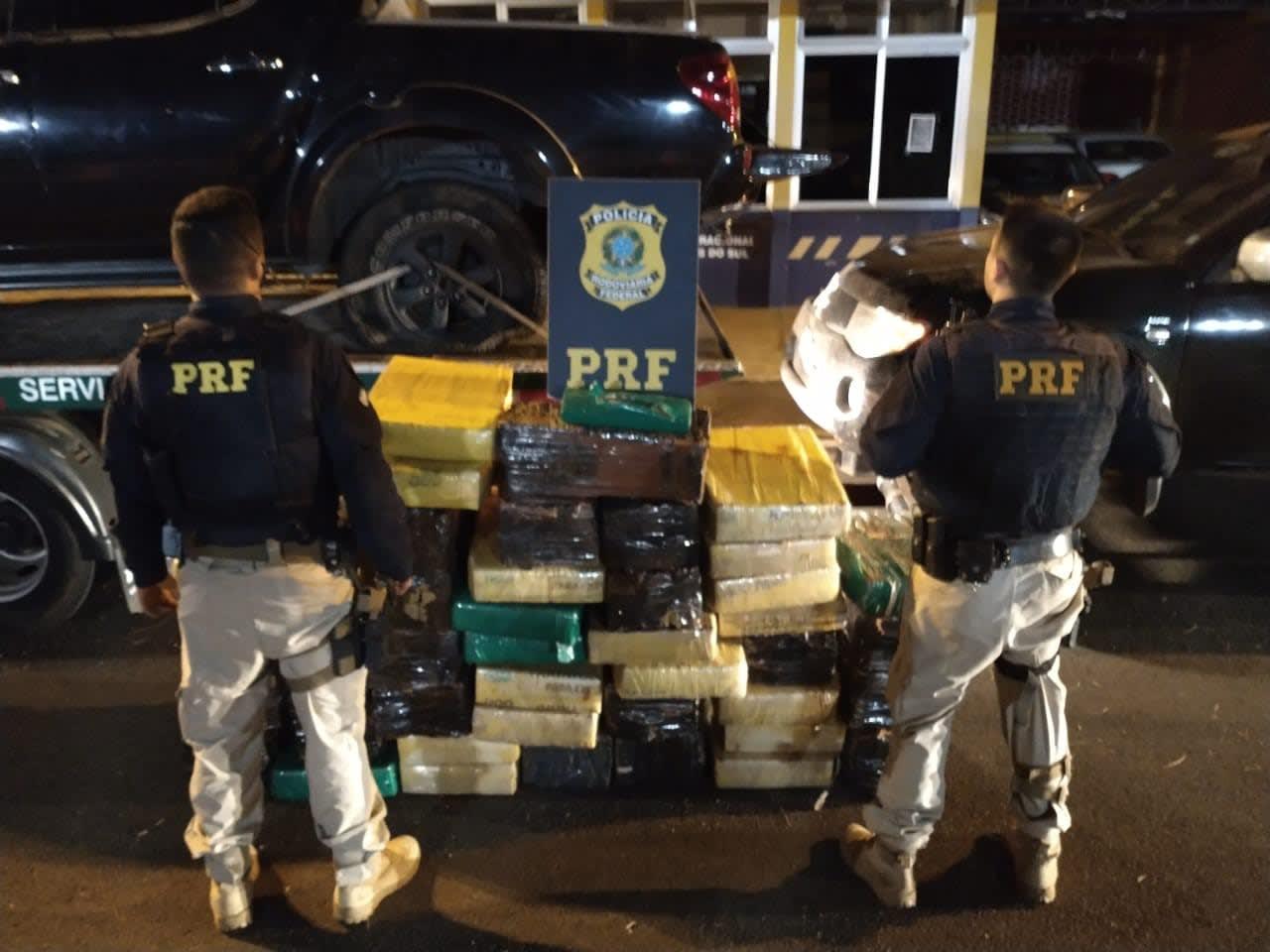 PRF apreende 815 kg de maconha e recupera duas caminhonetes
