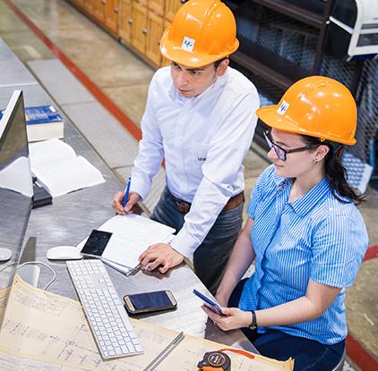 Ingenieros frente a computadora