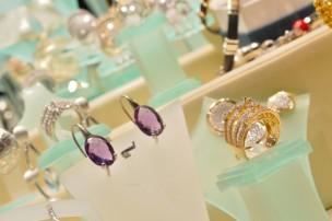Women s high end jewelry buyers