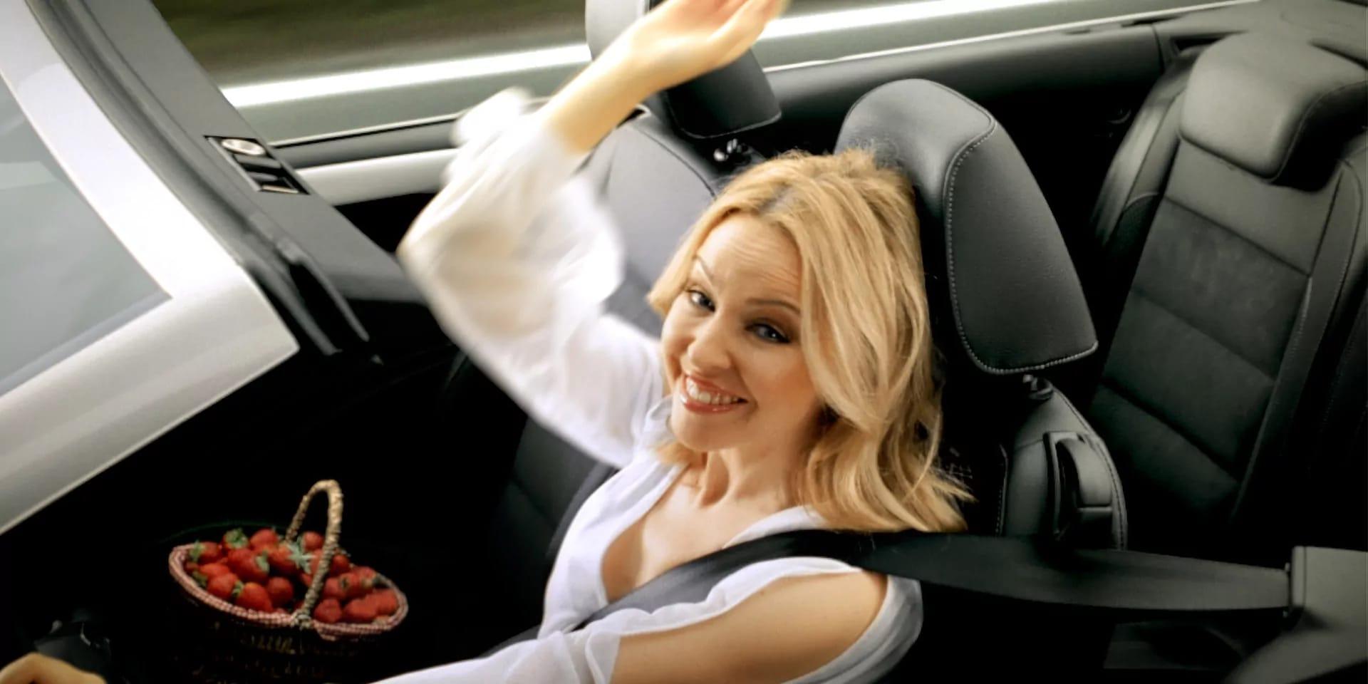 Frau im Auto, die lächelt.