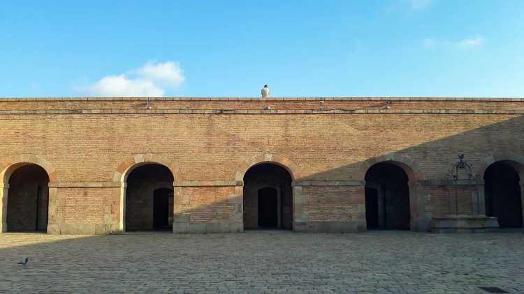 jongen poseert op een verlaten gebouw