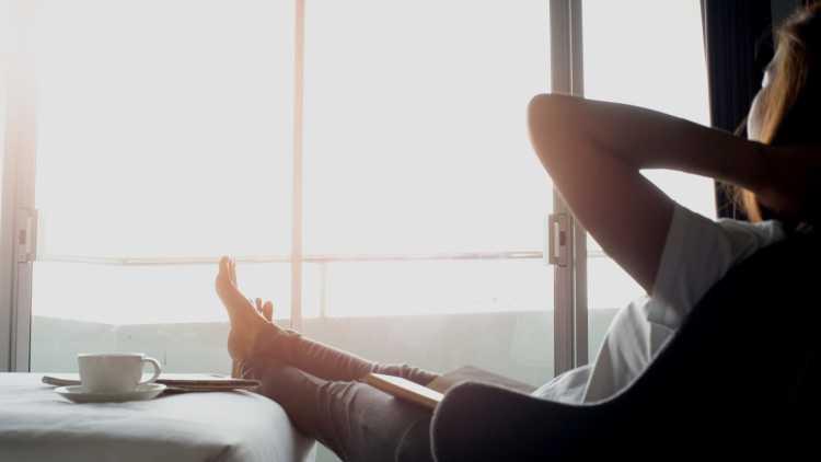ontspannen hotelkamer meisje
