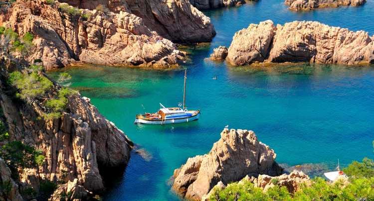 Barco en la Costa Brava