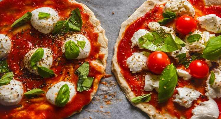 Pizza con pomodoro, mozzarella e basilico