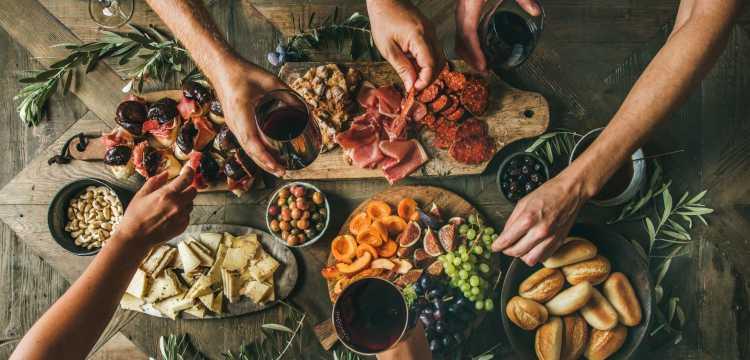 Apericena con bevande e cibo da consumare con le mani