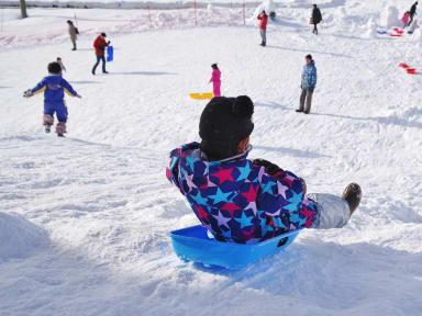 Glissades de ski pour les enfants