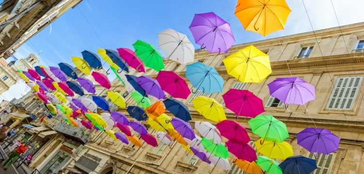 Ciels de parapluies colorés pour dynamiser les villes
