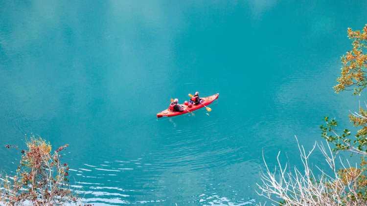 weekendje kajakken op een blauw meer