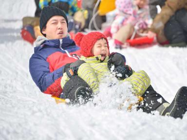 Luge de neige en famille