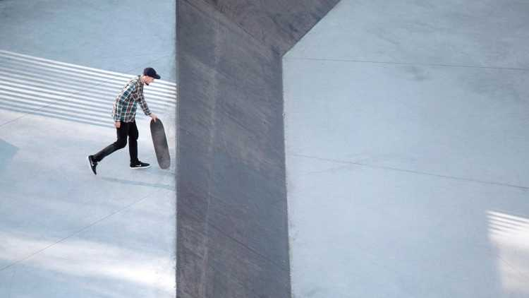 jongen met skateboard in skatepark
