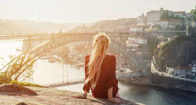 Genieten van het uitzicht op de stad in Porto
