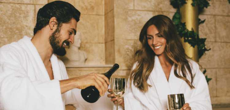 Couple hotel champagne