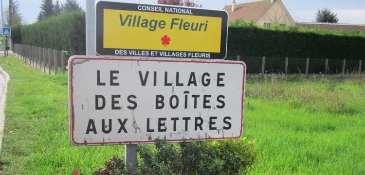 Saint-Martin-d'Abbat, le village des boîtes aux lettres