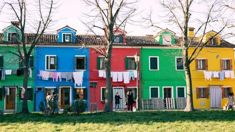 rij huizen met verschillende kleuren