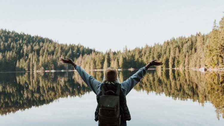 meisje in de bergen en natuur